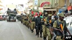 Binh sĩ và cảnh sát tuần tra các đường phố ở Kampala, 3/7/2014, sau khi Đại sứ quán Mỹ ở Uganda cảnh báo có đe doạ về 1 cuộc tấn công.