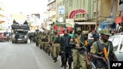 在接到美国驻坎帕拉大使馆示警后,乌干达军人和警察在坎帕拉街道上巡逻。