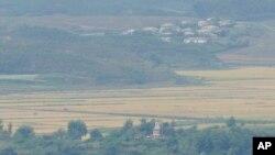 Sjevernokorejski grad Keapung vidi se iza vojne ispostave Sjeverne Koreje (u sredini, na dnu), iz objedinjene opservatorije u Pađu, Južna Koreja, 28. septembra 2021.