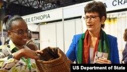 Pejabat Asisten Menteri Luar Negeri AS urusan Ekonomi dan Bisnis, Patricia Haslach (kanan).