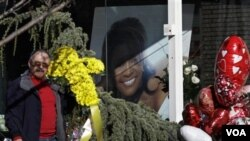 Potret raksasa Whitney Houston terpasang di kaca rumah duka Wigham di Newark, New Jersey (17/2). Pemakaman sang diva akan berlangsung hari ini.