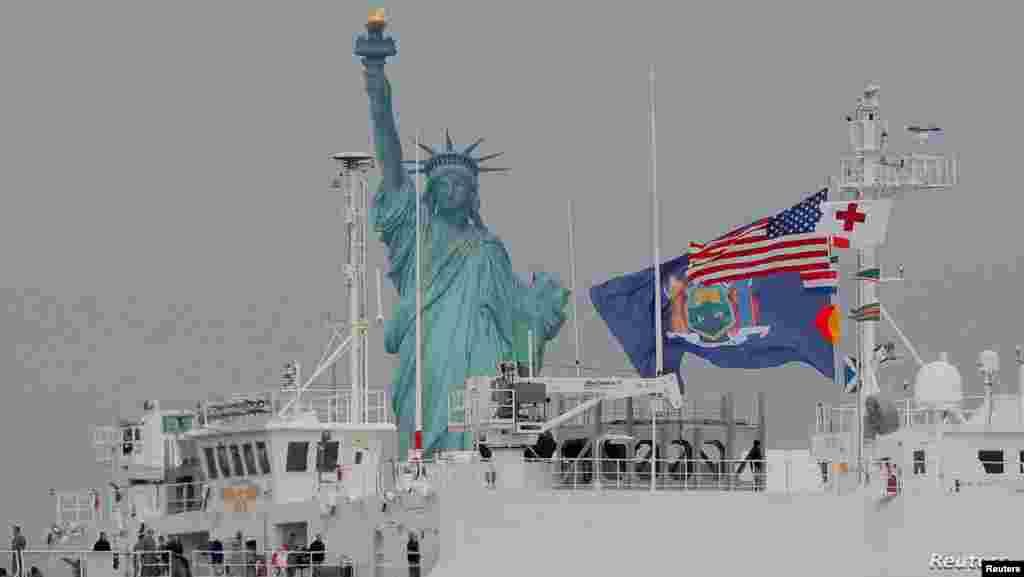 '바다 위의 종합병원' 이라 불리는 미 해군 병원선 'USNS 컴포트'가 자유의 여신상을 지나 뉴욕항으로 들어서고 있다.
