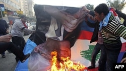"""Nhiều ngàn người ủng hộ ông Saad Hariri tụ tập tại Tripoli đốt hình của ông Najib Mikati trong cuộc biểu tình gọi là """"ngày thịnh nộ"""" ôn hòa"""