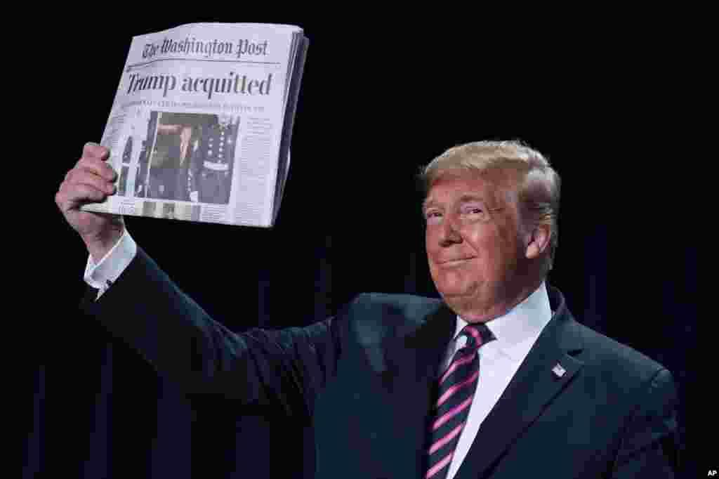 پرزیدنت ترامپ در «مراسم صبحانه دعای ملی» یک نسخه از روزنامه واشنگتن پست را با تیتر «ترامپ تبرئه شد» به حاضران نشان میدهد.