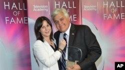Jay Leno junto a su esposa Mavis, luego de recibir su acreditación al Salón de la Fama de la Televisión.