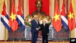 El presidente de Vietnam, Nguyen Phu Trong, (derecha) y su hómologo de Cuba, Miguel Díaz-Canel en Hanoir, 9 de noviembre, 2018.