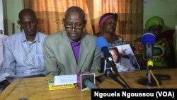 L'épouse de Noel Mienanzambi et sa fille aux côtés des responsables des ONG à Brazzaville, Congo, 6 juin 2017. (VOA/Ngouela Ngoussou)