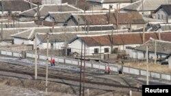 북한 함경북도 남양 시 두만강 유역의 철로. (자료사진)