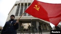 З радянським прапором біля парламенту Криму