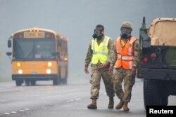 Binh sĩ thuộc Lực lượng Vệ Binh Quốc gia mang mặt nạ bảo hộ chống khí độc từ núi lửa Kilauea ở Hawaii, ngày 17/5/2018.