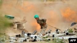 亚美尼亚国防部公布的照片显示亚美尼亚族的卡拉巴赫防卫军炮兵朝阿塞拜疆军队阵地开火。(2020年9月28日)