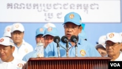 Prime Minister Hun Sen addresses the crowd on the last day of Cambodia People Party's election campaign in Phnom Penh, Cambodia, July 27, 2018. (Tum Malis/VOA Khmer)