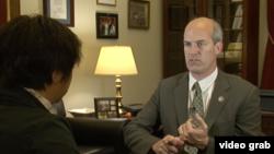 拉尔森议员接受美国之音专访