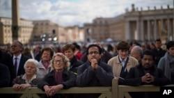 信众在等候书记主教闭门会议的选举结果