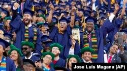 2016年5月7日奥巴马总统在华盛顿特区霍华德大学2016年毕业典礼上致词,学生欢呼(资料照片)