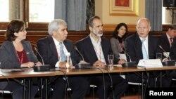 Para pemimpin oposisi Suriah bersama Menlu Inggris William Hague (kanan/foto: dok). Pertemuan pemimpin oposisi Suriah di Istanbul memutuskan penundaan pembentukan pemerintahan transisi.