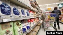 한국 식품의약품안전처는 7일 '제1차 당류저감 종합계획'을 발표했다. 7일 서울 시내 대형마트의 설탕 판매대에서 직원이 제품을 정리하고 있다.