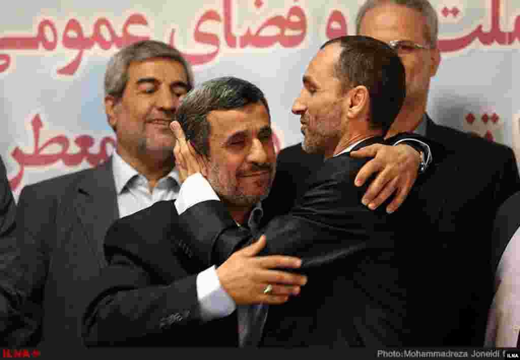 ابراز احساسات حمید بقایی به محمود احمدی نژاد در دومین روز ثبتنام از داوطلبان انتخابات ریاست جمهوری عکس: محمد جنیدی فر