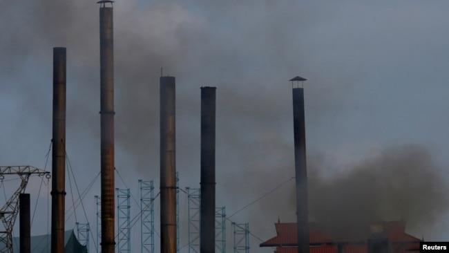 Khói từ các nhà máy ở ngoại ô Hà Nội trong bức ảnh chụp ngày 21/5/2018. Hơn 120 tổ chức quốc tế vừa kêu gọi chính phủ và các công ty Nhật Bản rút khỏi một dự án xây dựng nhà máy nhiệt điện than ở Việt Nam, hiện đang gây tranh cãi vì nguy cơ ô nhiễm môi trường.