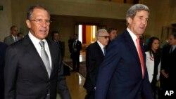 존 케리 미국 국무장관(오른쪽)과 세르게이 라브로프 외무장관(왼쪽), 라크다르 브라히미 유엔·아랍연맹 시리아 특사가 13일 스위스 제네바에서 시리아 사태 해결 방안에 관해 논의했다.