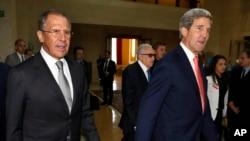 Amerika Dışişleri Bakanı John Kerry (solda) Rus meslektaşı Sergei Lavrov (sağda)