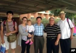 美国对华援助协会会长傅希秋提供的照片上有傅希秋(中)和中国牧师张少杰的女儿和女婿(2014年7月15日)