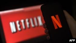 Logo Netflix di layar komputer dan ponsel (foto: ilustrasi).