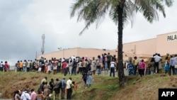 因大选后骚乱被逮捕人士的家人在加蓬法庭外等候裁决。