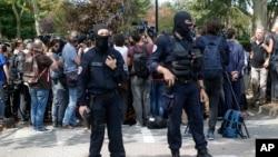 پلیس و خبرنگاران در محل حمله در تراپه حاضر شدند.