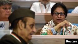 ທະນາຍຄວາມ ແລະນັກເຄື່ອນໄຫວເພື່ອສິດທິມະນຸດ ຈາກປາກິສຖານ ທ່ານນາງ Asma Jahangir (ຂວາ) ເຂົ້າຮ່ວມກອງປະຊຸມ ທີ່ນິວເດລີ. (17 ກັນຍາ 2014)