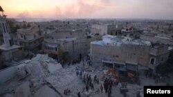 ພວກຜູ້ຊາຍກຳລັງກວດເບິ່ງຄວາມເສຍຫາຍ ຫລັງຈາກການ ໂຈມຕີທາງອາກາດຢູ່ທີ່ໝັ້ນ ພວກຕໍ່ຕ້ານລັດຖະບານ ທີ່ເມືອງ Aleppo.