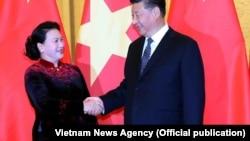 Chủ tịch Quốc hội Nguyễn Thị Kim Ngân hội kiến Tổng Bí thư, Chủ tịch Trung Quốc Tập Cận Bình, trong chuyến thăm Trung Quốc kết thúc hôm 12/7. (Ảnh: TTXVN)
