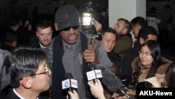 26일 평양 공항에 도착해, 기자들에 둘러싸인 미국 NBA 출신 데니스 로드먼(가운데).