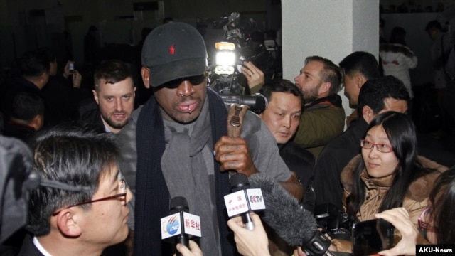 Mantan bintang NBA yang terkenal eksentrik, Dennis Rodman, dikelilingi para wartawan setibanya di bandara Pyongyang, Korea Utara, 26 Februari 2013.(AP Photo/Kim Kwang Hyon)