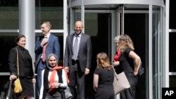 ARCHIVO: En esta foto del 28 de junio de 2019, Matt Adams (centro a la derecha), director legal del Proyecto de Derechos de Inmigrantes del Noroeste, sale de una corte federal luego de una audiencia sobre solicitantes de asilo en Seattle. Martes, 2 de julio de 2019.