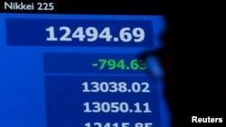 Indeks rata-rata saham Nikkei di Jepang turun lebih dari enam persen hari Kamis (13/6).