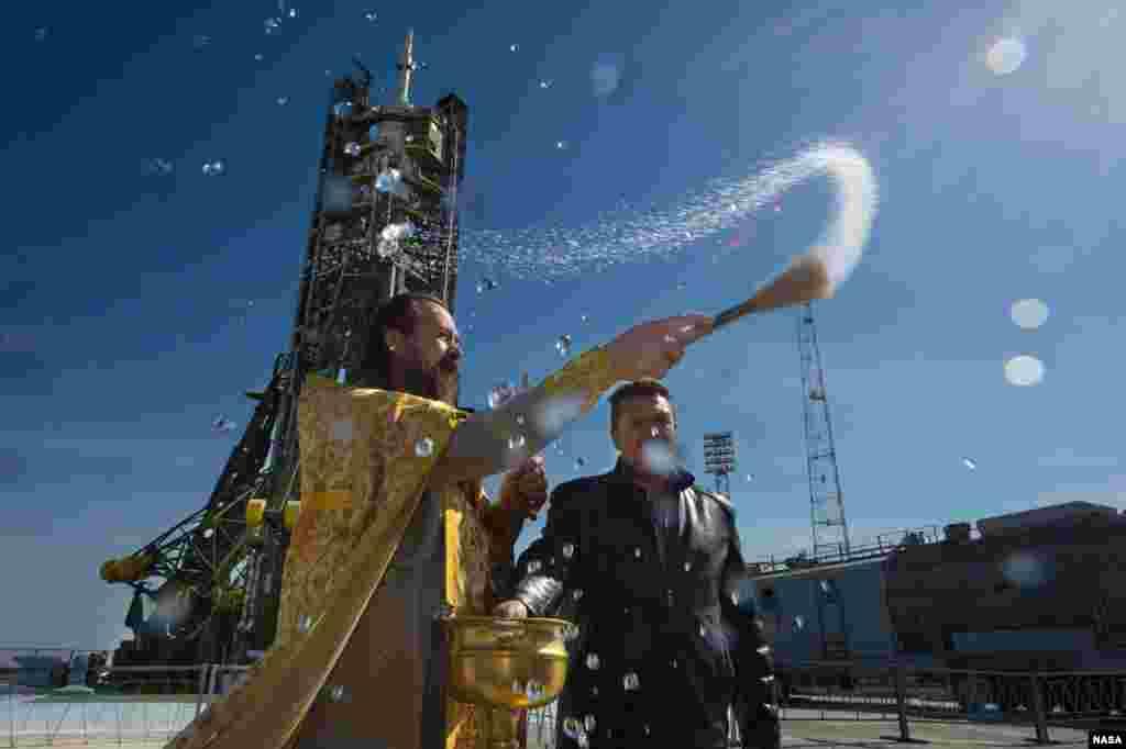 Một linh mục Chính thống giáo làm lễ ban phước tại bệ phóng của Trung tâm Vũ trụ Baikonur ở Kazakhstan. Hỏa tiễn Soyuz theo lên kế hoạch sẽ được phóng đi vào ngày 26 tháng 9 và sẽ đưa Chỉ huy tàu Expedition 41 Alexander Samokutyaev của Cơ quan Vũ trụ Liên bang Nga, kỹ sư Elena Serova của Nga, và kỹ sư Barry Wilmore của NASA vào không gian thực hiện một sứ mạng 5 năm trên Trạm Không gian quốc tế.