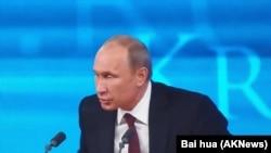 普京在2013年末的新闻发布会上 (美国之音白桦拍摄)