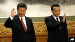 El nuevo secretario general del Partido Comunista Chino, Xi Jinping (izquierda), saluda en el Gran Salón del Pueblo, en Beijing, China, junto a Li Keqiang, el supuesto primer ministro.