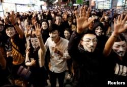 지난 11월 홍콩에서 시민들이 가이 포크스 마스크를 쓰고 민주화 요구 시위에 참석했다.