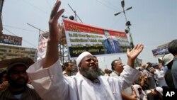 군부의 개입으로 축출된 무함마드 무르시 이집트 대통령 지지자들이 8일 수도 카이로에 모여 시위하고 있다.