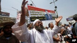 Pendukung Presiden terguling, Mohammed Morsi melakukan shalat di Nasser City, pinggiran ibukota Kairo (8/7). HRW mengimbau pemerintah Mesir mengakhiri penumpasan terhadap kelompok Islamis.
