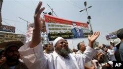 Abashigikiye President Mohammed Morsi, bariko barasenga mu gisagara ca Nasser City, ku musi wa mbere igenekerezo ry'umunani, ukwezi kw'indwi, 2013, J