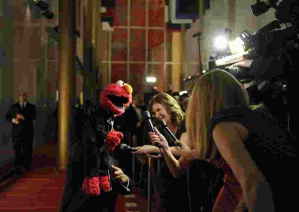 Elmo, de Plaza Sésamo, ofrece entrevistas a la televisión durante la premiación en el Kennedy Center.