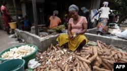 Une femme épluche du manioc pour le plat d'accompagnement attiéké, à Abidjan, le 22 mai 2018.