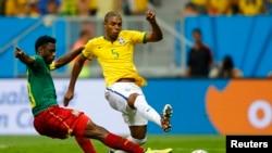 Fernandinho du Brésil (droite) tire face à Nicolas Nkoulou du Cameroun lors de la Coupe du Monde 2014 au stade national Brasilia au Brésil, le 23 Juin 2014.