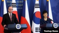 박근혜 한국 대통령과 보후슬라프 소보트카 체코 총리가 26일 청와대에서 공동기자회견을 가졌다.
