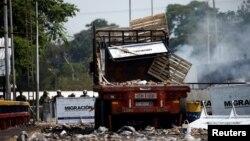 委內瑞拉和哥倫比亞交界處一輛被燒毀的運送救援品貨車。