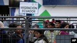 Cruzar de manera legal la frontera entre Colombia y Ecuador, por el Puente Internacional de Rumichaca, se ha convertido en un reto para miles de venezolanos.