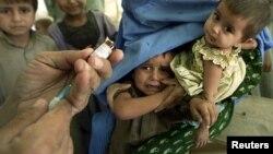 بچوں کو خسرے سے بچاؤ کی ویکسین دی جارہی ہے (فائل فوٹو)